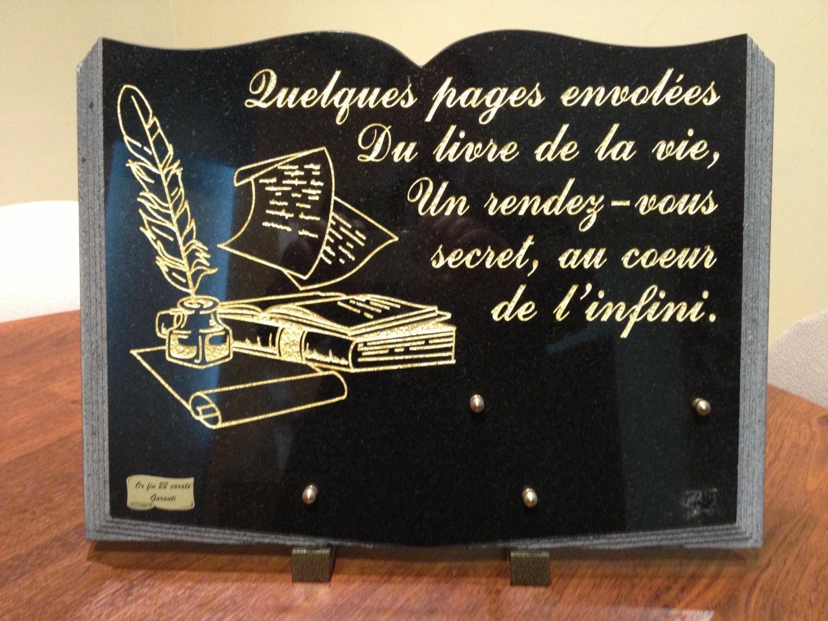 La plaque funéraire : un hommage pour le défunt, mais pas que